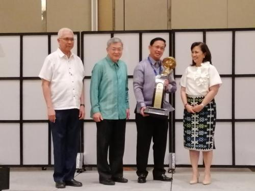 Mayor Noel Rosal received the 4th Jesse Robredo leadership award from VP Robredo